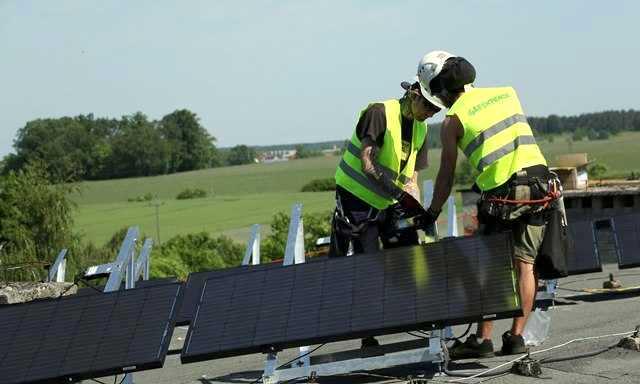 Greenpeace montuje solary