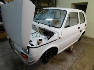 Fiat 126p - przednia szyba w trakcie polerowania - BB Oldtimer Garage materialy prasowe