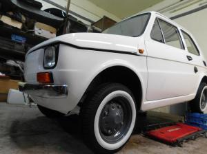 Fiat 126p - widac koniec montazu - BB Oldtimer Garage materialy prasowe (1)